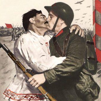 """Entuzjastyczne powitanie żołnierza Armii Czerwonej. Według radzieckiej propagandy, tak wyglądały spotkania z """"wyzwalanymi"""" (źródło: domena publiczna; koloryzacja Rafał Kuzak)."""