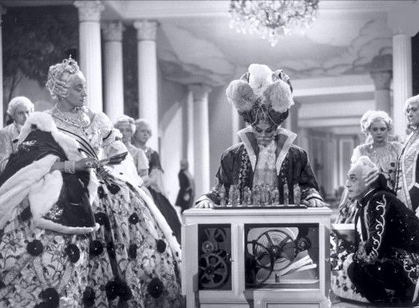"""Kard z filmu """"Le Joueur d'échec"""", na którym widać Turka oraz Katarzynę II rozgrywających partię szachów."""