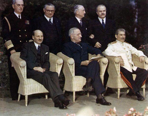 Biała kurtka i spodnie z lampasami na tle eleganckiej czerni innych uczestników konferencji w Poczdamie wyglądała dostatecznie kiczowato. Ale Stalin i tak pewnie gratulował sobie w duchu, że nie zgodził się na pozłacany mundur... (źródło: domena publiczna).