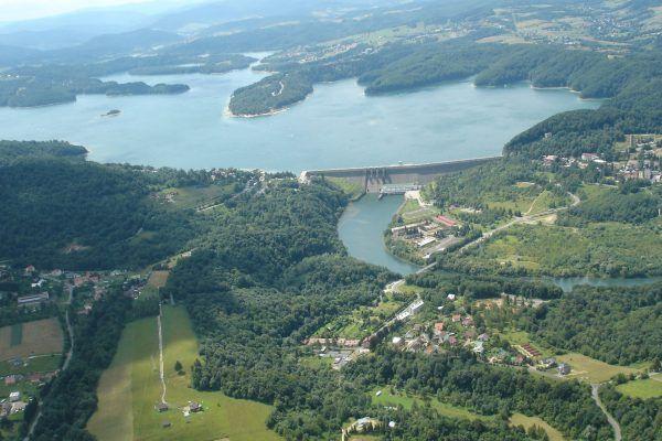 W zamian za kolano Bugu Polska otrzymała skrawek Bieszczad, gdzie w latach 60. wybudowano zaporę wodną i sztuczny zbiornik na Solinie (fot. Zuluanonymous, lic. CC BY-SA 3.0).