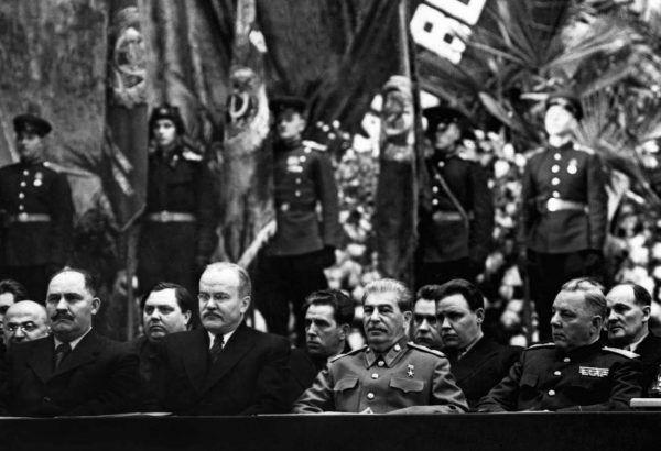 """Z wiekiem Stalin coraz bardziej podupadał na zdrowiu, za to jego paranoja miała się coraz lepiej. Na fotografii radziecki dyktator z towarzyszami podczas uroczystości w styczniu 1947 roku. Zdjęcie z książki """"Stalin. Nowa biografia"""" (Znak Horyzont 2016)."""