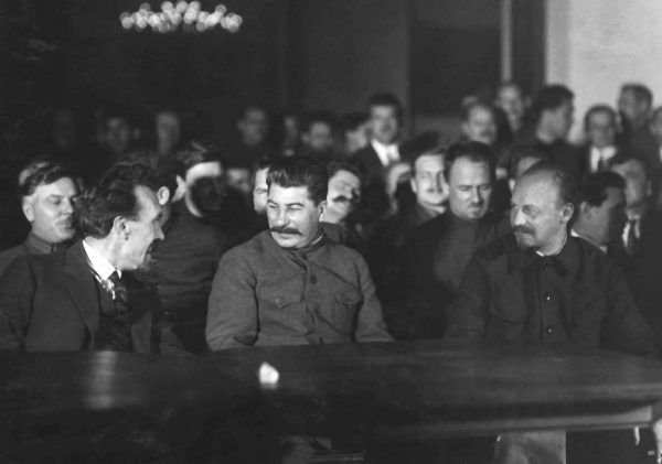 """Rezygnacja z eksportu rewolucji na zachód pozwoliła Stalinowi na przeprowadzenie eksperymentu z zakresu inżynierii społecznej na obywatelach ZSRR. Zdjęcie z książki """"Stalin. Nowa biografia"""" (Znak Horyzont 2016)."""