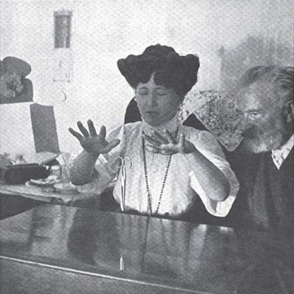 Stanisława Tomczykówna nie tylko posiadła zdolność telekinezy, ale nawet potrafiła stworzyć swojego astralnego sobowtóra! A przynajmniej przekonała o tym Ochorowskiego... (źródło: domena publiczna).