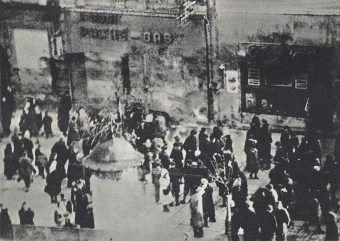 Przechodnie gromadzą się wokół miejsca egzekucji przy al. Jerozolimskich. Zdjęcie zrobione w styczniu 1944 roku (źródło: domena publiczna).