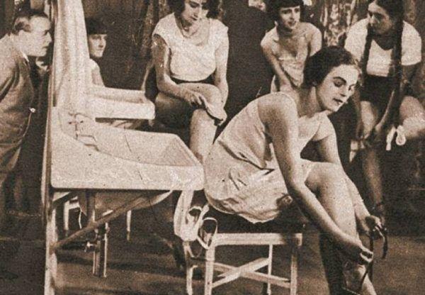 """Kolejnym obliczem galicyjskiej nędzy był handel żywym towarem. Do burdeli po drugiej stronie Atlantyku trafiły dziesiątki tysięcy dziewczyn z Galicji. Na ilustracji kadr z nakręconego w okresie międzywojennym filmu """"Szlak hańby"""", który przybliżał widzom ten proceder."""