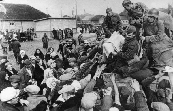 Radzieccy żołnierze rozdają prasę propagandową w okolicy Wilna (źródło: domena publiczna).