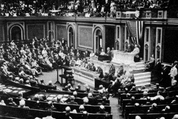 Zanim Stany Zjednoczone wypowiedziały wojnę Cesarstwu Niemieckiemu, 3 lutego prezydent Woodrow Wilson ogłosił przed Kongresem zerwanie stosunków z tym państwem. Zdjęcie autorstwa duetu Harris & Ewing (źródło: domena publiczna).