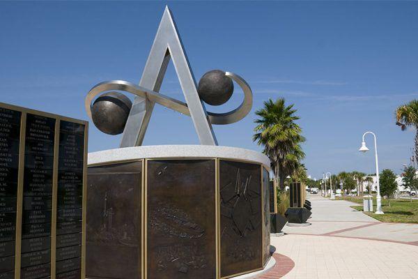 Pomnik u wejścia do US Space Walk of Fame na Florydzie. Kto wiedział, że wśród upamiętnionych osób znajdują się również Polacy? (źródło: domena publiczna).