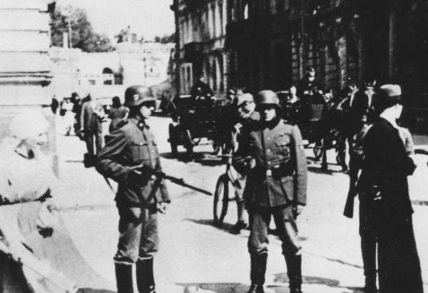 Dzieje warszawskiej konspiracji są na tyle dobrze znane, że gdyby działania Władysława Bartoszewskiego faktycznie doprowadziły do aresztowania 21 prominentnych członków podziemia na pewne pozostałby po tym jakiś ślad. A takowego brak. Na zdjęciu jedna z ulic okupowanej Warszawy (źródło: domena publiczna).
