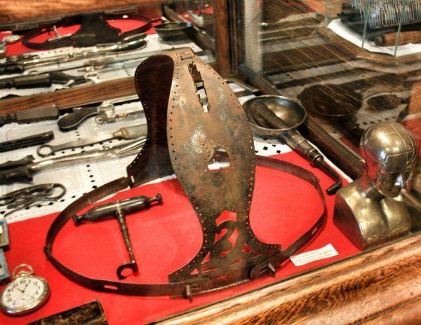 XIX-wieczny pas cnoty (fot. Maya West, lic. CC BY SA 2.0).