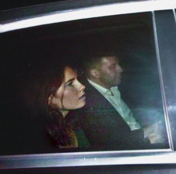 Wszystko wskazuje na to, że ta Amerykanka, do spółki z chłopakiem, zabiła swoją brytyjską współlokatorkę. Niektóre media kreowały ją jednak na niewinną ofiarę włoskiego systemu sprawiedliwości... Na zdjęciu uchwycono moment, gdy Amanda Knox opuszczała więzienie w Perugii (autor: Scott335, lic.: CC BY-SA 3.0).