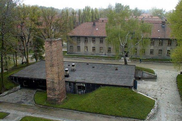 Miasto idealne rzut kamieniem od obozu śmierci? Niemcy nie widzieli w tym problemu. Na zdjęciu częściowo odbudowane krematorium w byłym obozie Auschwitz I (fot. Ryszard Domasik, lic. CC BY-SA 3.0).