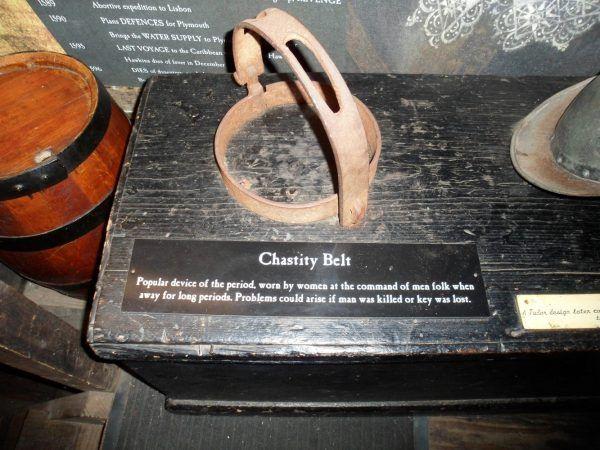 Tabliczka pod tym eksponatem słusznie wskazuje, że gdy mąż zginie albo klucz zaginie, sytuacja opasanej kobiety bardzo się komplikowała... (fot. Southdevonplayers, lic. CC BY 3.0).