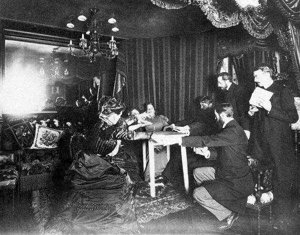 Seanse spirytystyczne w XIX i XX wieku odbywały się we wszystkich salonach Europy. Polacy też oszaleli na punkcie tej ekscytującej rozrywki (źródło: domena publiczna).