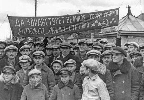 """""""Niech żyje wielka teoria Marksa, Engelsa, Lenina - Stalina"""" (źródło: domena publiczna)."""