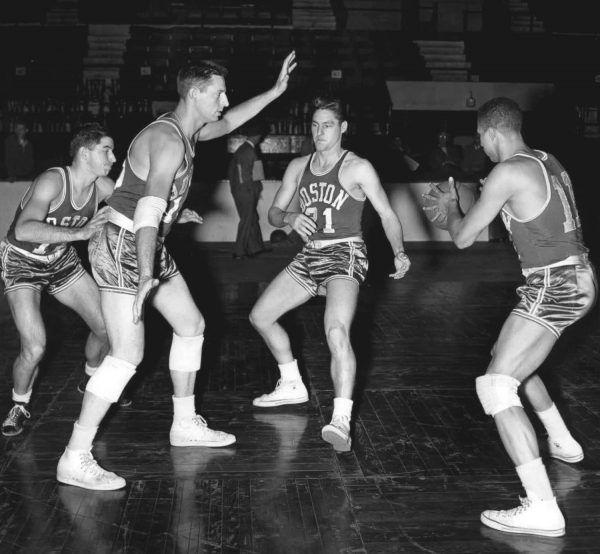 Zamiast poświęcić się karierze sportowej, Jack Molinas związał się z mafią. Na zdjęciu zawodnicy drużyny Boston Celtics w 1953 roku (źródło: domena publiczna).