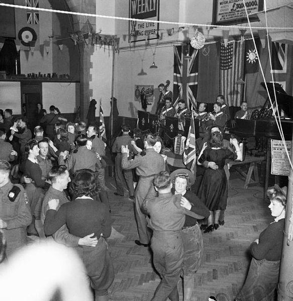 Mimo działań wojennych zawsze znalazł się czas na zabawę. Zdjęcie zrobione w Suffolk (źródło: domena publiczna).