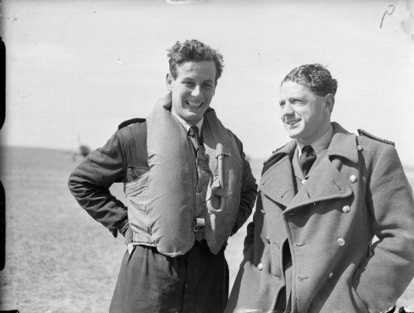 Peter Townsend (z lewej) i C. B Hull - jeden z najwybitniejszych duetów w historii Royal Air Force (źródło: domena publiczna).