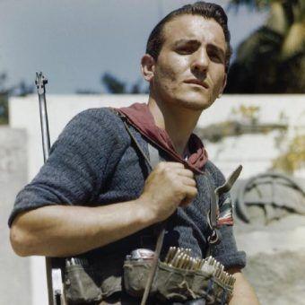 Włoski partyzant w sierpniu 1944 r. (fot. Tanner, ze zbiorów Imperial War Museum, domena publiczna).