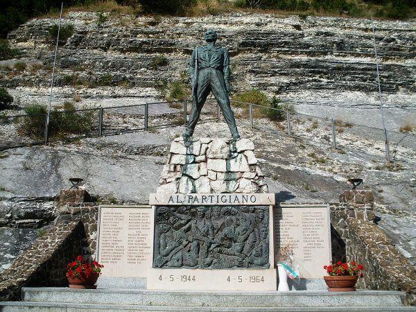 Pomnik partyzanta w Arcevii (fot. Claudio.stanco, CC0 1.0 Universal Public Domain Dedication).
