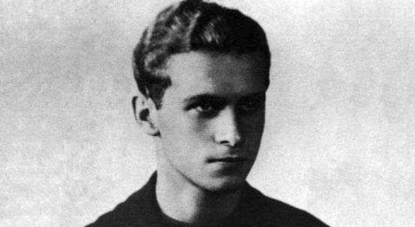 Zdjęcie Krzysztofa Kamila Baczyńskiego ze świadectwa maturalnego (źródło: domena publiczna).