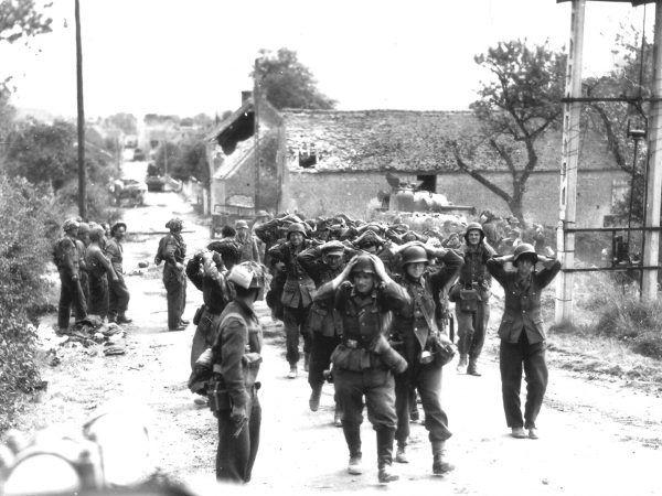 Niemieccy żołnierze wzięci do niewoli przez Kanadyjczyków w Saint-Lambert-sur-Dive, 21 sierpnia 1944 r. (fot. Donald I. Grant z zasobów Kanadyjskiego Departamentu Obrony Narodowej, źródło: domena publiczna).