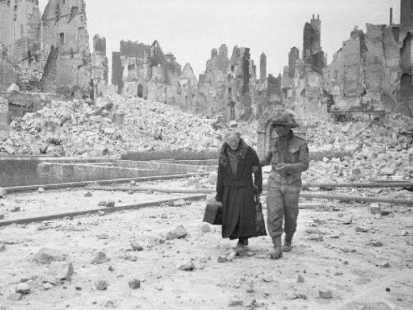 Caen w wyniku nalotu dywanowego dokonanego w nocy z 5 na 6 czerwca zostało niemal zrównane z ziemią. Skalę zniszczeń doskonale pokazuje to zdjęcie, wykonane po wkroczeniu wojsk alianckich do miasta (fot. z kolekcji Imperial War Muzeum, domena publiczna).