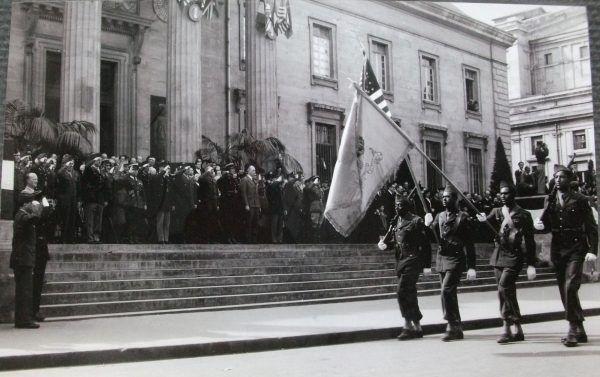 Defilada z okazji zwycięstwa przed pałacem sprawiedliwości w Reims, 8 maja 1945 roku (fot. ze zbiorów Musée de la Reddition, CC BY-SA 4.0).