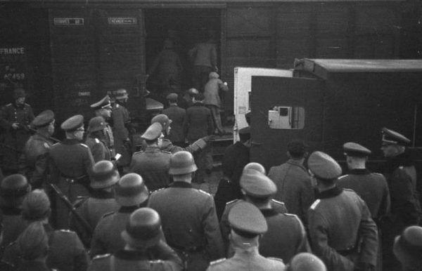 Dzięki postawienie francuskich sąsiadów deportacji i śmierci w obozach uniknęło nawet 140 tysięcy francuskich Żydów. Na zdjęciu deportacja Żydów z Marsylii (źródło: Bundesarchiv; lic. CC-BY-SA 3.0).