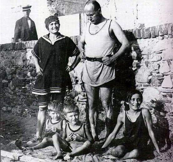 Mussolini z żoną i dziećmi w 1923 r. Wiosną 1945 r. Rachele uniknęła losu męża, ale musiała ukrywać się przed antyfaszystowskimi partyzantami i bojówkarzami (fot. domena publiczna).