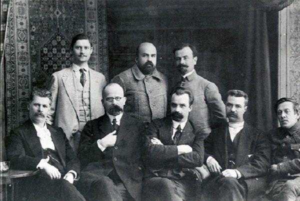 Sekretariat Ukraińskiej Centralnej Rady z 1917 roku. Stoją od lewej: Pawło Chrystiuk, Mykoła Stasiuk, Borys Martos. Siedzą: Iwan Steszenko, Chrystofor Baranowskyj, Wołodymyr Wynnyczenko, Serhij Jefremow, Symon Petlura (źródło: domena publiczna).