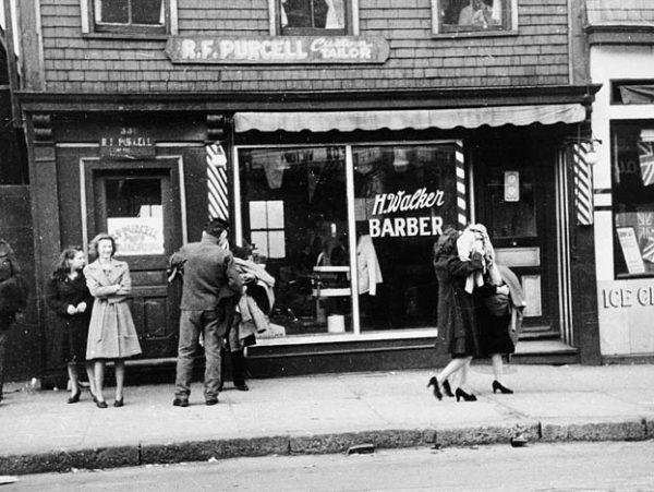 Wybite szyby w lokalu jednego z fryzjerów, Halifax 8 maja 1945 r. (fot. ze zbiorów Library and Archives Canada, CC BY 2.0).