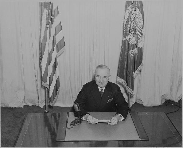 Prezydent Harry S. Truman ogłasza koniec II wojny światowej w Europie (fot. ze zbiorów National Archives and Records Administration, domena publiczna).