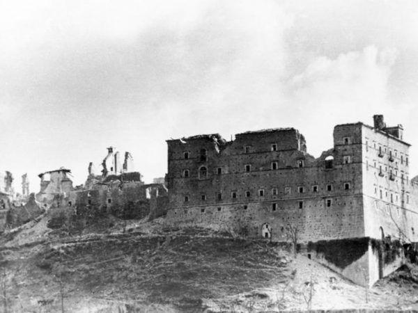 Do takiego stanu doprowadziło zabytkowy klasztor alianckie bombardowanie (fot. Bundesarchiv, Bild 146-2005-0004 / Wittke, lic. CC BY-SA 3.0 de).