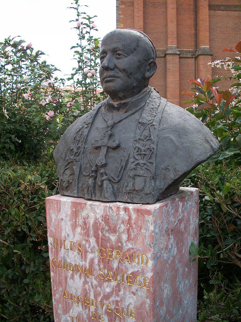Pierwszym hierarchą francuskiego Kościoła, który głośno sprzeciwił się prześladowaniu Żydów był kardynał Jules-Géraud Saliège. Na zdjęciu jego popiersie znajdujące się przed katedrą w Tuluzie (fot. Magnus678; lic. CC BY-SA 3.0).