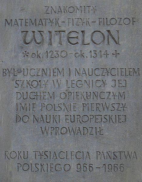Tablica pamiątkowa poświęcona Witelonowi na fasadzie Muzeum Miedzi w Legnicy (autor: Aw58, lic.: CC BY-SA 3.0).