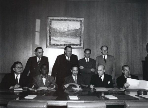 Rafał Lemkin (na zdjęciu stoi pierwsze z prawej) otrzymywał nominację do pokojowego Nobla niemal przez całe lata 50. (źródło: Culturaldiplomacy; lic. CC BY 3.0).