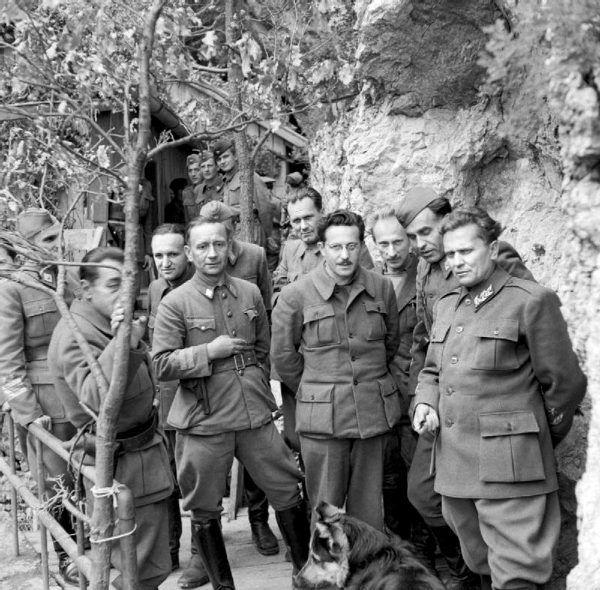 Josip Broz-Tito (pierwszy z prawej) w towarzystwie innych dowódców jugosłowiańskiej partyzantki, maj 1945 r. (fot. ze zbiorów Imperial War Museums, domena pubilczna).