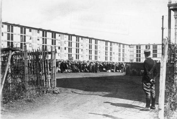 Zalewie kilka tygodniu po klęsce Franci, tamtejsi Żydzi zaczęli trafiać do obozów takich jak ten w Drancy. Na zdjęciu z sierpnia 1941 roku obozowa brama strzeżona przez francuskiego żandarma (źródło: Bundesarchiv; lic. CC-BY-SA 3.0).