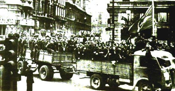 Antyfaszystowscy partyzanci w czasie parady po wyzwoleniu Bolonii w kwietniu 1945 r. (fot. domena publiczna).