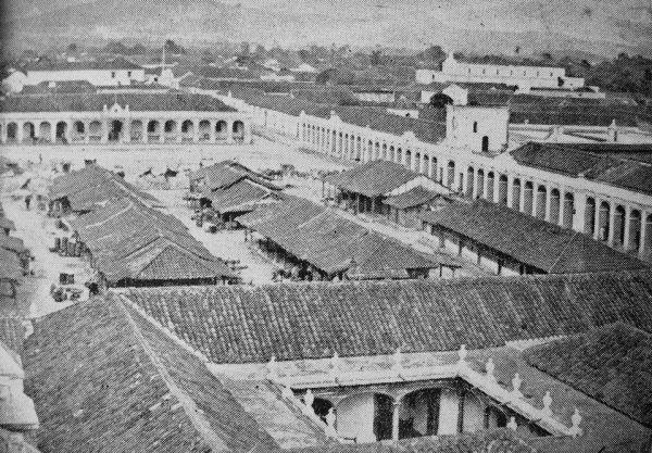 Rynek miasta Gwatemala za czasów Rafaela Carrery (fot. Miguel Alfredo Álvarez Arévalo, domena publiczna).