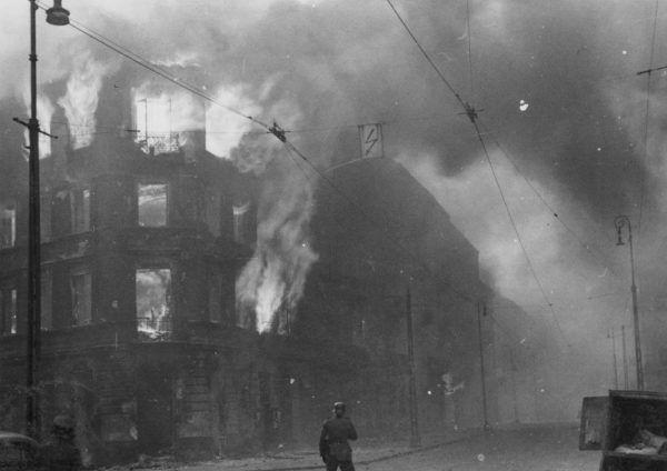 """Czytając przejmujące """"Pokolenie"""" warto pamiętać, że Baczyński napisał je, gdy płonęło warszawskie getto. Na zdjęciu podpalone przez Niemców kamienice na skrzyżowaniu ulic Zamenhofa i Wołyńskiej (źródło: domena publiczna)."""