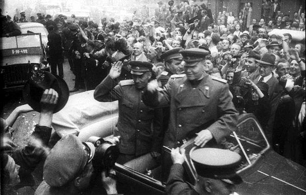 Marszałek Iwan Koniew w wyzwolonej Pradze (fot. Karel Hájek, CC BY-SA 3.0).
