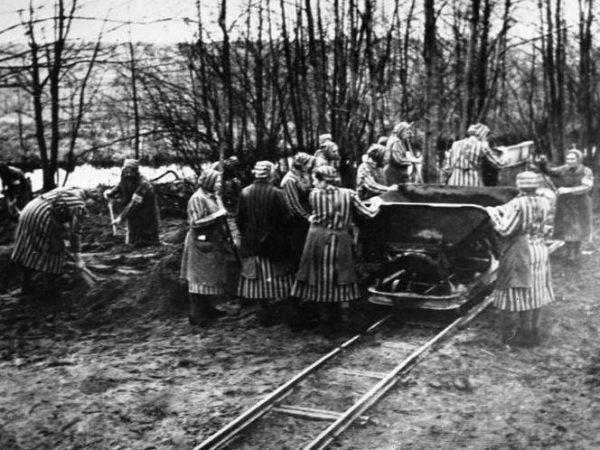 Więźniarki obozu Ravensbrück poza niewolniczą pracą, padały również ofiarą nieludzkich eksperymentów medycznych. Wśród ich oprawców był Walter Paul Schreiber (źródło: Bundesarchiv; lic. CC BY-SA 3.0).