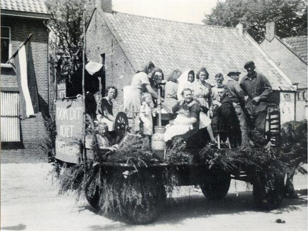 Wóz biorący udziału w paradzie z okazji wyzwolenia, 1945 r. (fot. Pieter K, domena publiczna).