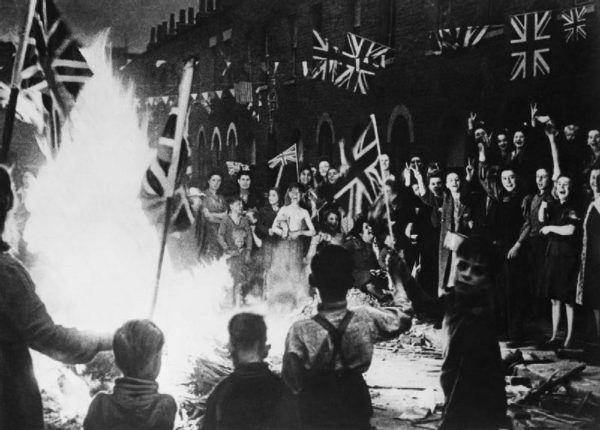 Ognisko na ulicy jednego z brytyjskich miast w noc z 8 na 9 maja 1945 r. (fot. ze zbiorów Imperial War Museum, domena publiczna).