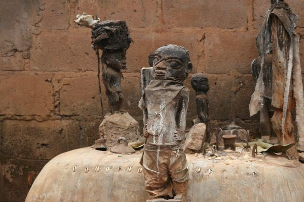Beniński ołtarz wodu. Czy to z tamtego afrykańskiego kraju pochodzą zombie? (fot. Dominik Schwarz, lic. CC BY-SA 3.0).