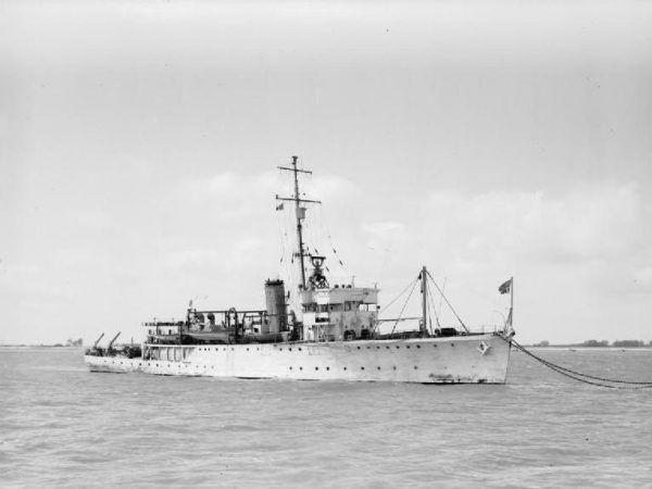 """Brytyjski HMS """"Seagull"""", trałowiec, którego załoga tak zacięcie atakowała ORP """"Jastrzębia"""" (źródło: Royal Navy, domena publiczna)."""