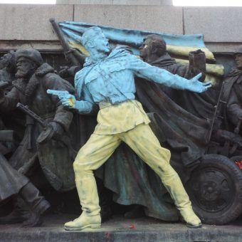 Fragment pomnika Armii Radzieckiej w bułgarskiej Sofii jest stał się obiektem manifestów artystycznych. Na zdjęciu: przemalowany w ukraińskie barwy narodowe jako wyraz wsparcia dla Euromajdanu (autor: Vassia Atanassova, lic.: CC BY-SA 3.0).