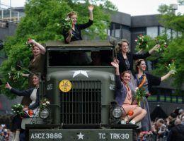 Parada z okazji Dnia Wyzwolenia, 5 maja 2010, Enschede (fot. Archangel12, CC BY 2.0).